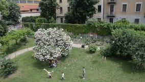 Cascina Cuccagna est le plus central des fermes publiques dans la région de Milan banque de vidéos