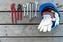 Casco azul, diversas herramientas y guantes del trabajo Fotos de archivo libres de regalías