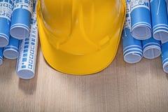 Casco blu dei disegni di costruzione su manutenzione del bordo di legno Immagine Stock Libera da Diritti