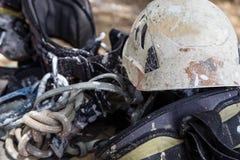 Casco con la corda e strumenti per alpinismo di industria Immagine Stock