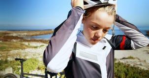 Casco d'uso del ciclista femminile in campagna 4k archivi video