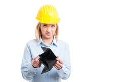 Casco d'uso dell'architetto femminile che mostra portafoglio vuoto fotografia stock