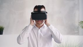 Casco d'uso di realtà virtuale dell'uomo bello sulla testa archivi video