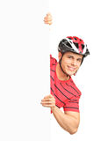 Casco da portare e posizione del bicyclist maschio Fotografie Stock