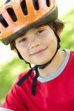 Casco de ciclo que desgasta del muchacho Fotografía de archivo