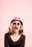 Fondo de ciclo del rosa del retrato del casco de la mujer que lleva divertida real Imagen de archivo