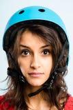 Def de ciclo de la gente real del retrato del casco de la mujer que lleva divertida alto Imagen de archivo