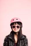 Fondo de ciclo del rosa del retrato del casco de la mujer que lleva divertida real Fotos de archivo