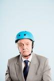 Defin de ciclo de la gente real del retrato del casco del hombre que lleva divertido alto Fotos de archivo