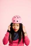 Fondo de ciclo del rosa del retrato del casco de la mujer que lleva divertida real Imágenes de archivo libres de regalías