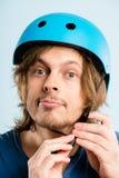 Defin de ciclo de la gente real del retrato del casco del hombre que lleva divertido alto Imagenes de archivo