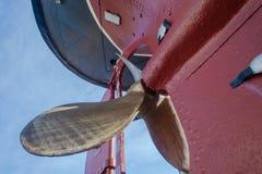 Casco de cobre amarillo Tug Ship del primer de las cuchillas de propulsor Fotos de archivo libres de regalías