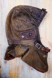 Casco de cuero del vintage sobre fondo de madera Imágenes de archivo libres de regalías