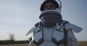 Casco de la abertura del astronauta en Marte metrajes
