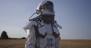 Casco de la abertura del astronauta en Marte almacen de video
