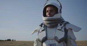 Casco de la abertura del astronauta en Marte almacen de metraje de vídeo