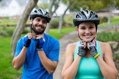 Casco de la bicicleta de los pares que lleva atléticos Imagen de archivo