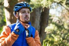 Casco de la bicicleta del motorista masculino de la montaña que lleva Fotos de archivo libres de regalías