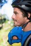 Casco de la bicicleta del motorista masculino de la montaña que lleva Fotografía de archivo libre de regalías