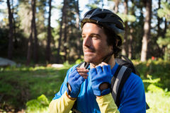 Casco de la bicicleta del motorista masculino de la montaña que lleva Imágenes de archivo libres de regalías
