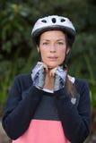 Casco de la bicicleta del motorista que lleva femenino Fotos de archivo libres de regalías