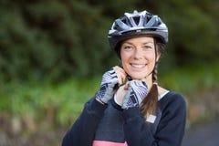 Casco de la bicicleta del motorista que lleva femenino Fotografía de archivo