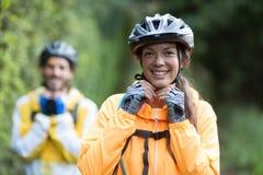 Casco de la bicicleta del motorista que lleva femenino Foto de archivo