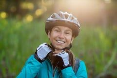 Casco de la bicicleta del motorista que lleva femenino Fotos de archivo