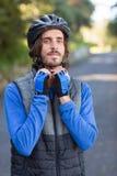 Casco de la bicicleta del motorista que lleva masculino Fotos de archivo libres de regalías
