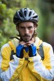 Casco de la bicicleta del motorista que lleva masculino Foto de archivo