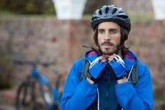 Casco de la bicicleta del motorista que lleva masculino Foto de archivo libre de regalías