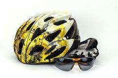Casco de la bicicleta, vidrios y guantes del ciclo Fotografía de archivo libre de regalías