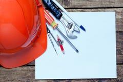 Casco de la construcción, herramientas viejas y imagen de archivo libre de regalías