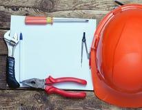 Casco de la construcción, herramientas viejas y fotografía de archivo