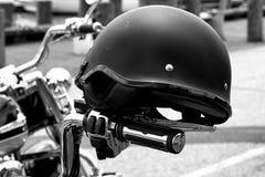 Casco de la motocicleta en la bici Imagen de archivo libre de regalías