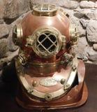 Casco de los buceadores de la marina de guerra de los E.E.U.U. en mesón de la nave de la barra en Lindisfarne la isla santa imagenes de archivo