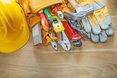 Casco de los guantes protectores de la correa de la herramienta de los útiles de la construcción Fotos de archivo
