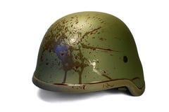 Casco de los militares o de la policía con la sangre salpicada. Fotografía de archivo libre de regalías