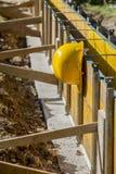 Casco de protección amarillo en un solar Imágenes de archivo libres de regalías