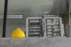 Casco de seguridad amarillo en fondo de la red de ordenadores Imágenes de archivo libres de regalías