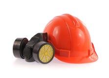 Casco de seguridad anaranjado y máscara protectora química Imagen de archivo