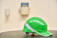 Casco de seguridad verde en fondo industrial Fotos de archivo