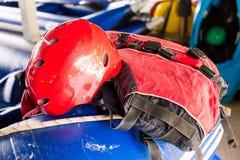 Casco de seguridad y chaleco salvavidas, equipo esencial de la seguridad para las actividades canoeing y kayaking Imágenes de archivo libres de regalías