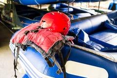 Casco de seguridad y chaleco salvavidas, equipo esencial de la seguridad para las actividades canoeing y kayaking Fotos de archivo libres de regalías