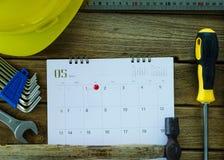 Casco de seguridad y herramientas para el concepto del Día del Trabajo fotos de archivo libres de regalías