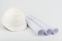Casco de seguridad y papel blancos Fotografía de archivo