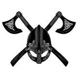 Casco de Viking, hachas cruzadas de vikingo y modelo escandinavo imagen de archivo