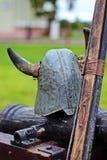 Casco dei cavalieri, pistola antica Casco dei cavalieri per ricostruzione storica delle battaglie medievali Vestiti militari fotografia stock