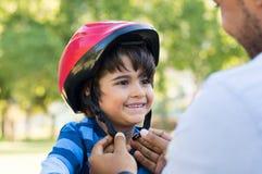 Casco del ciclo del muchacho que lleva Fotografía de archivo