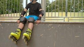Casco del cojín de codo de la muñeca de los casquillos de la rodilla de la protección del rodillo almacen de metraje de vídeo
